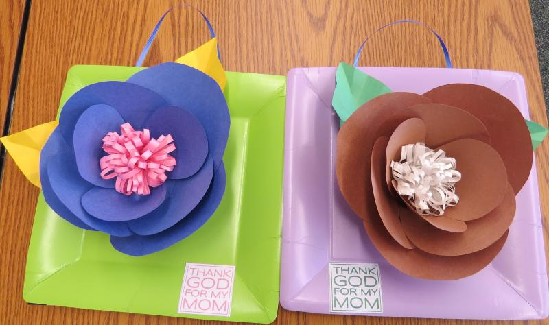 <p>At IC KIDZ, we made these beautiful flower frame for our mommies!</p>